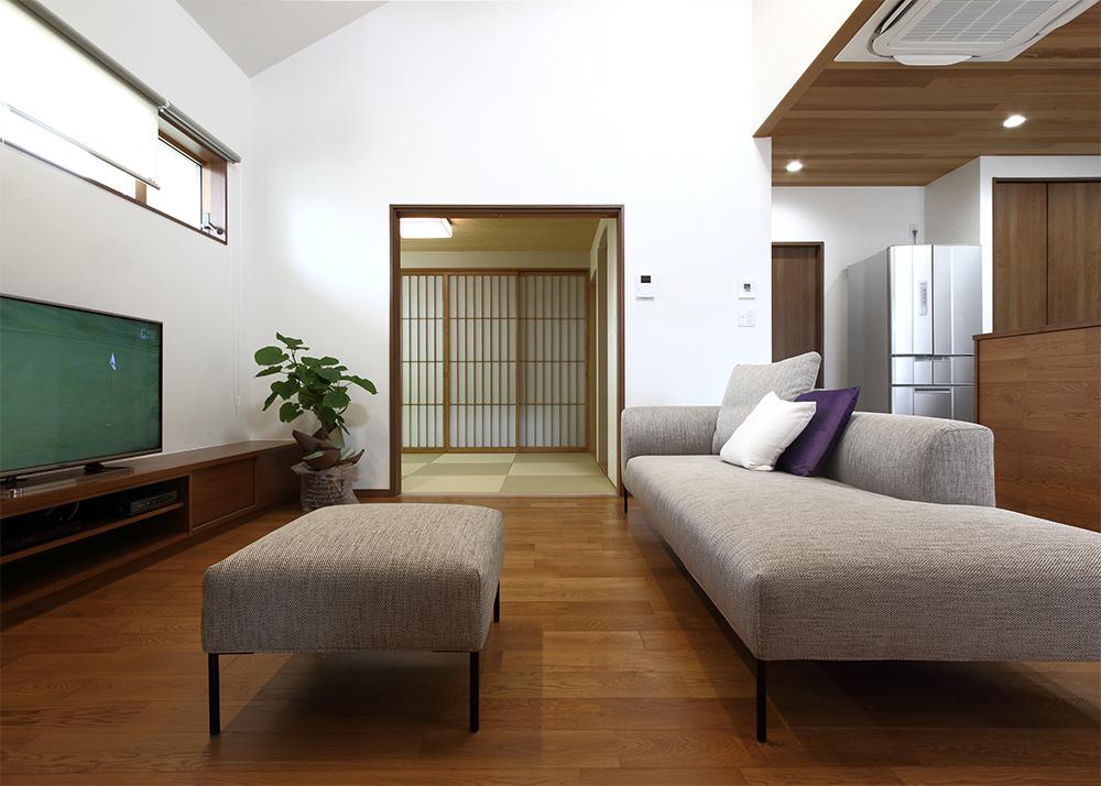 ローザソファを置いた日本の家