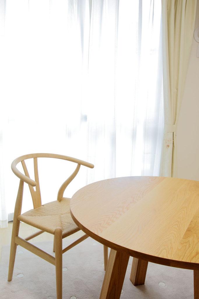 窓際のYチェアとアンナダイニングテーブル
