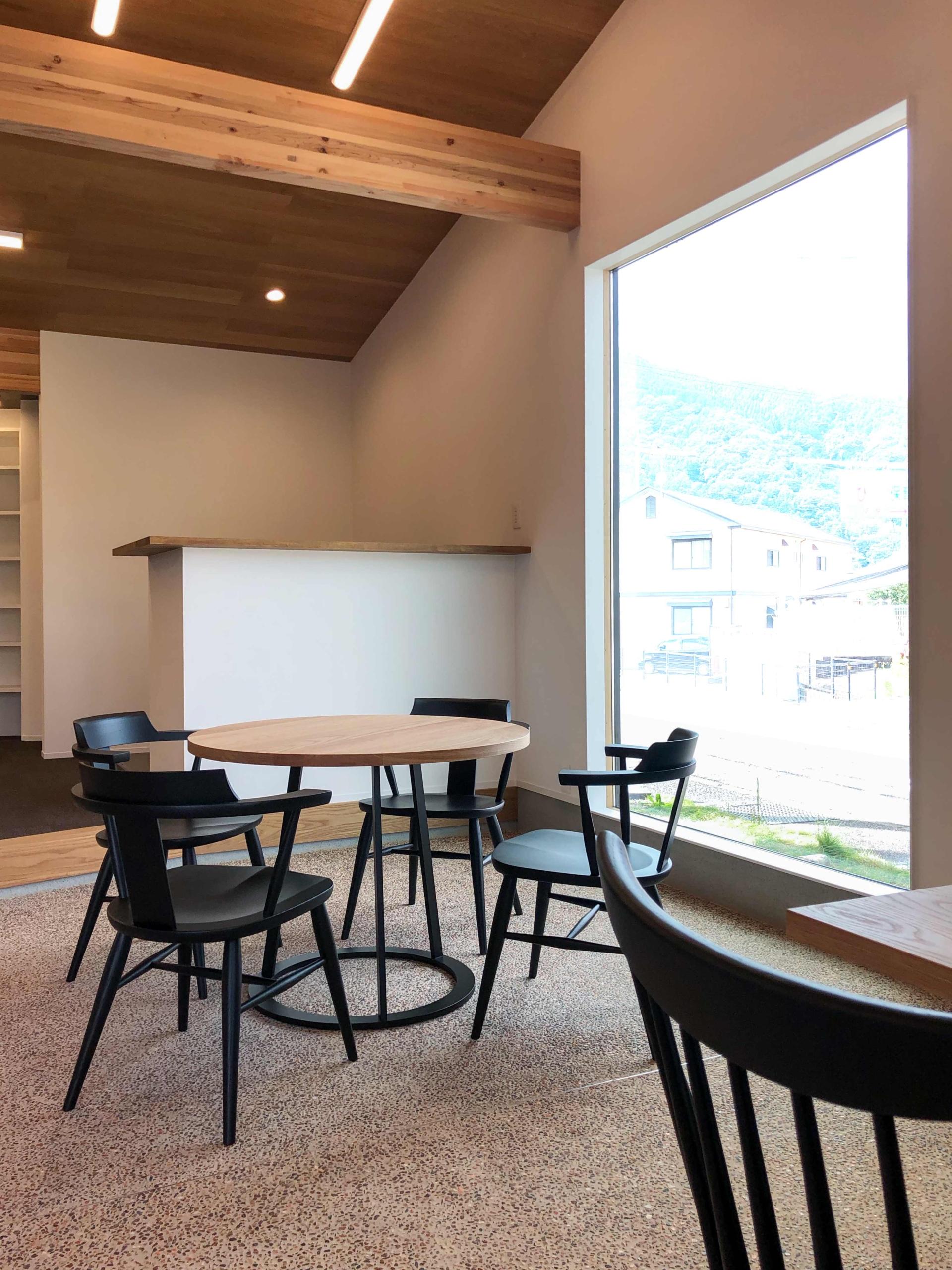 MS2ダイニングテーブルに高山ウッドワークスのチェアを組み合わせて置いたオフィス
