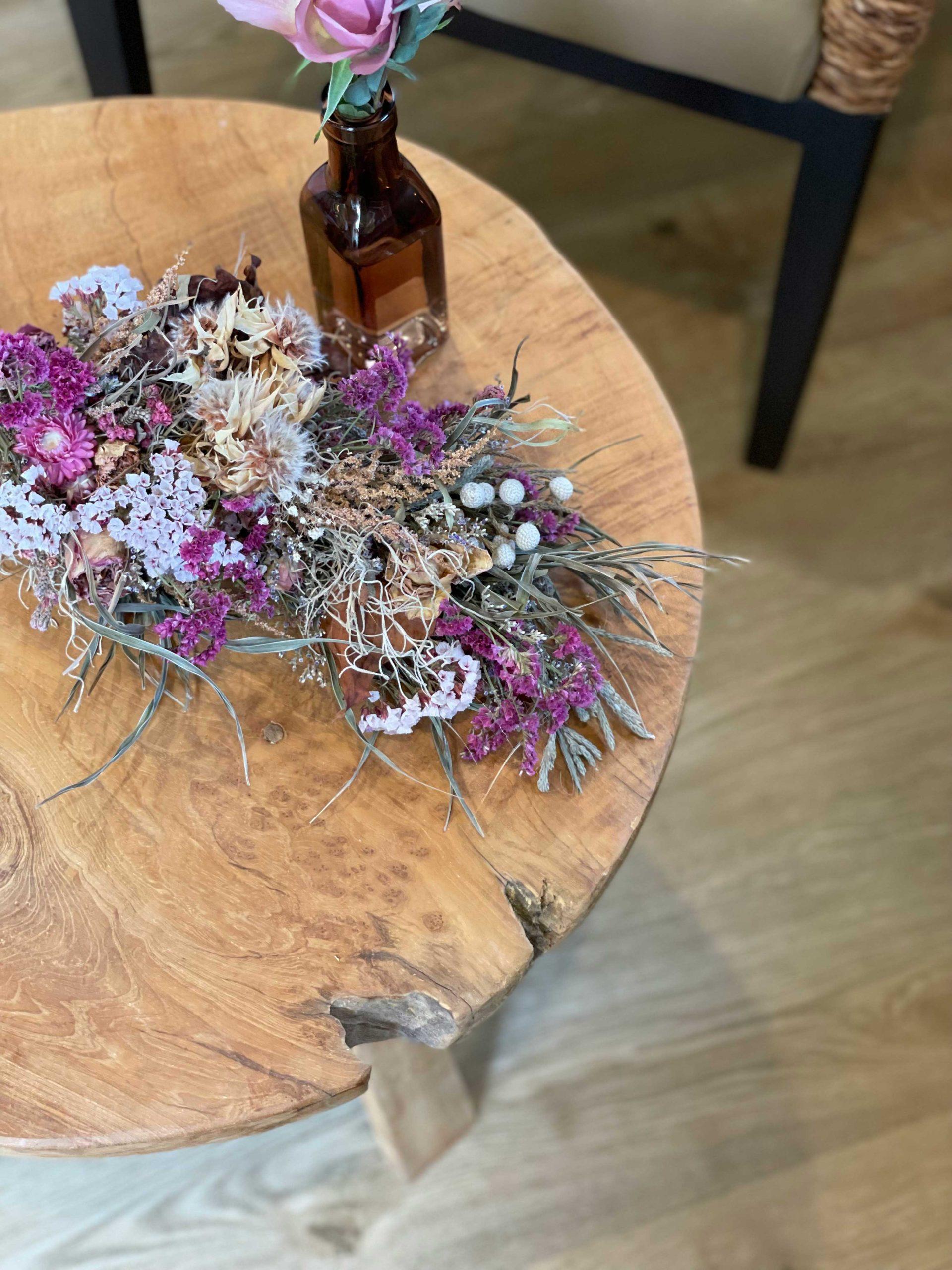 アルゴリズムがコーディネートを手がけたサロンに置かれたチークサイドテーブル