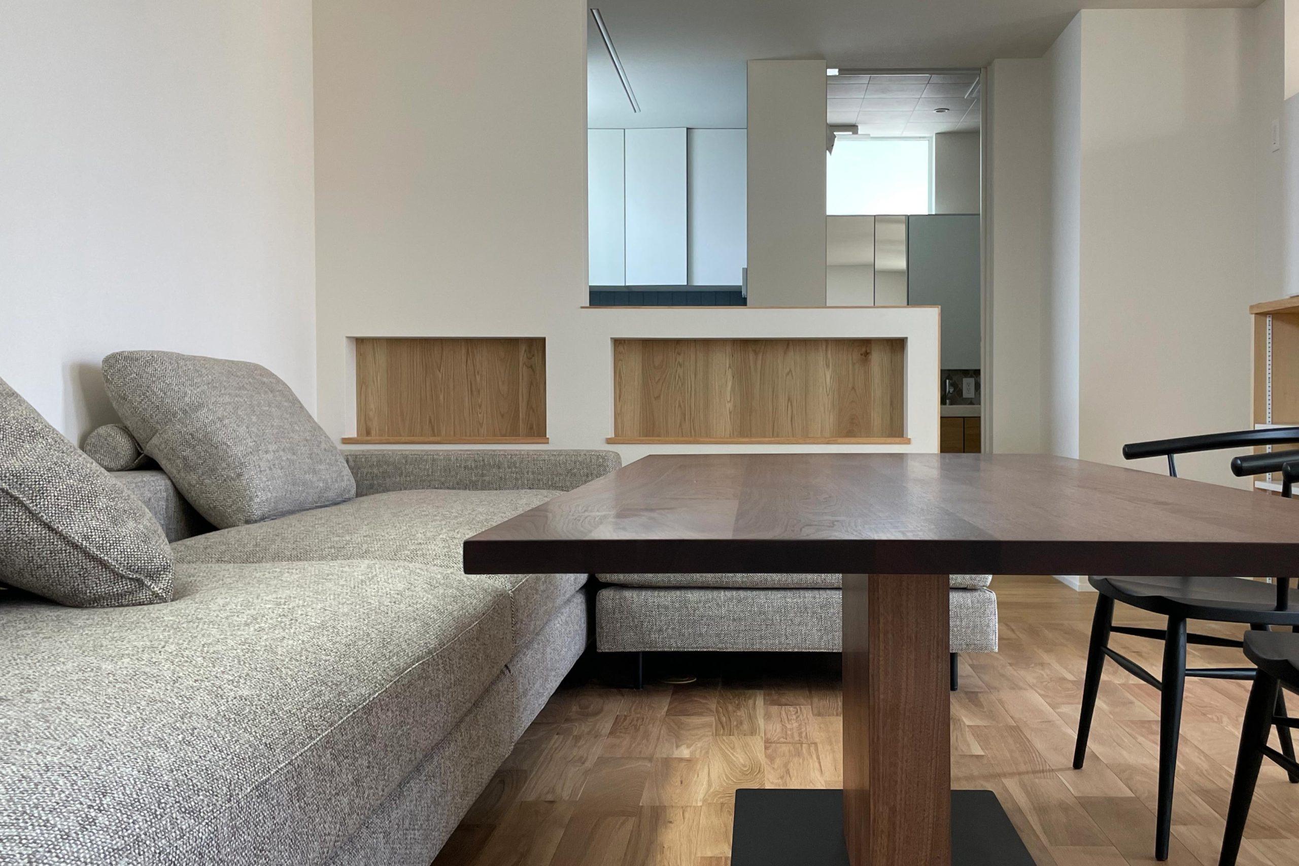キッチンの前にあるルーカスソフトレッグソファとエドワードダイニングテーブル