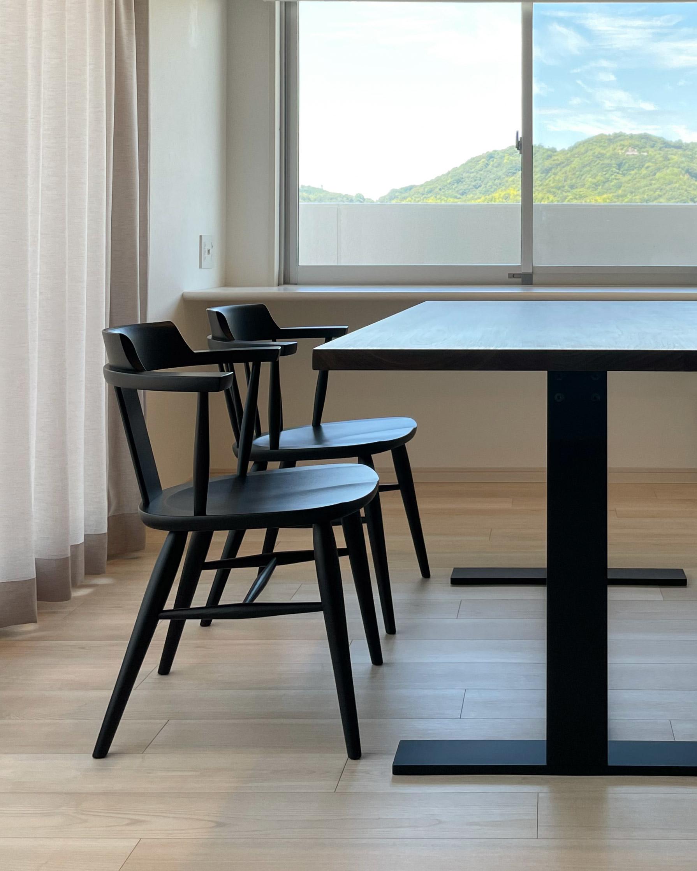 窓辺に置かれたアルゴリズムのダイニングテーブルルシファー