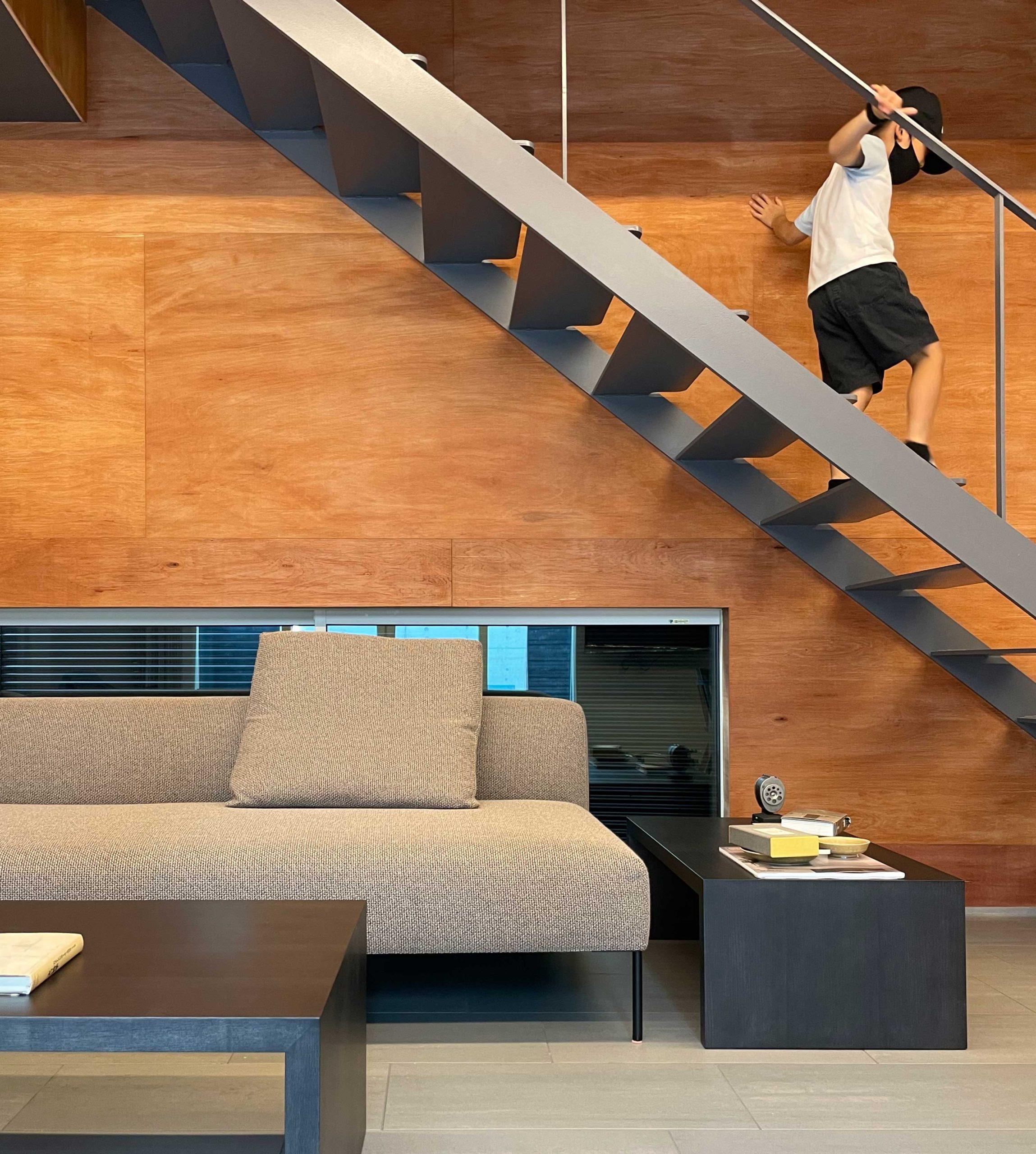 リビング階段の下にあるモダンソファとリビングテーブル